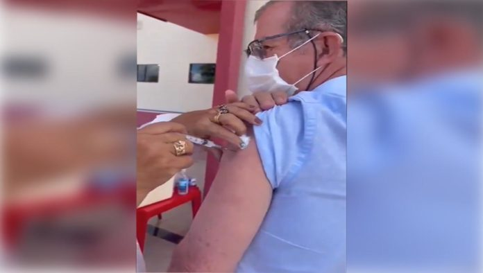 Enfermera usa jeringa 10 para vacunar contra COVID-19