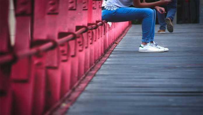 Una joven esperando en puente