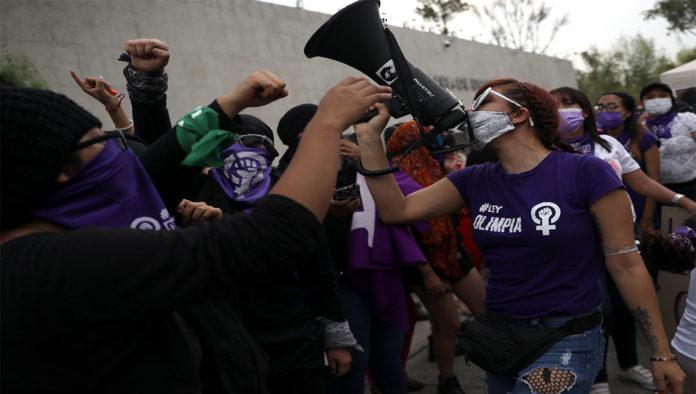 Manifestantes celebran aprobación de Ley Olimpia