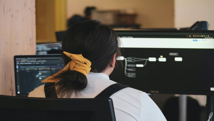 Una niña en un laboratorio de computación