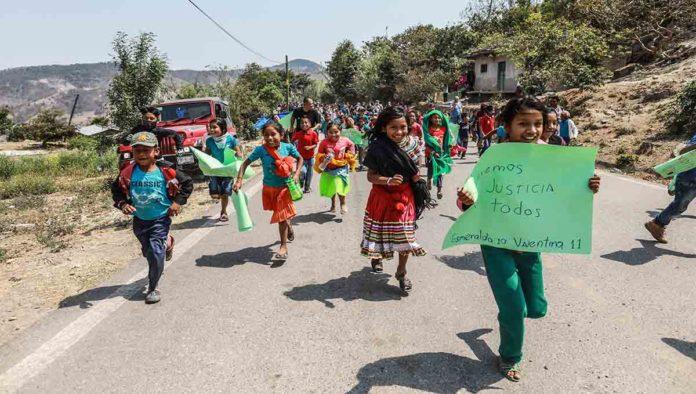 Imagen de niños exigiendo acceso a justicia