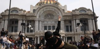 Protesta con danza frente a Bellas Artes
