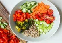 Una ensalada con ingredientes
