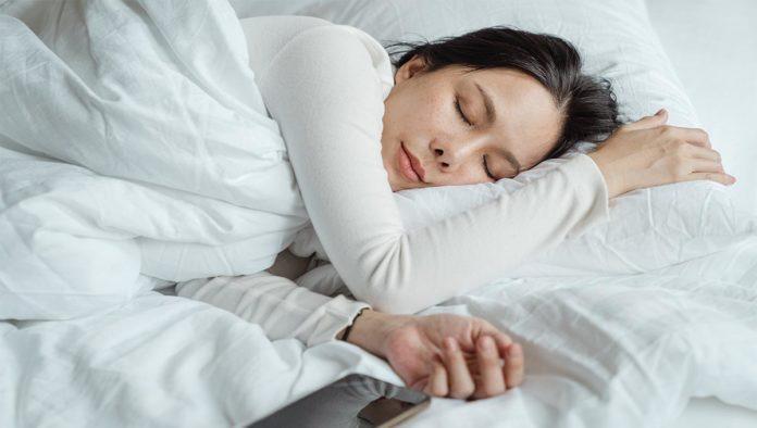 Una persona que intenta dormir mejor
