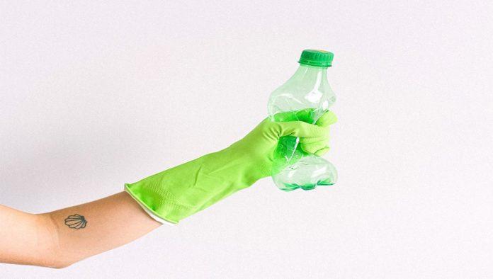 Aplastar botellas para reducir residuos