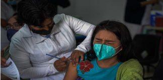Mujer recibiendo vacuna contra COVID-19