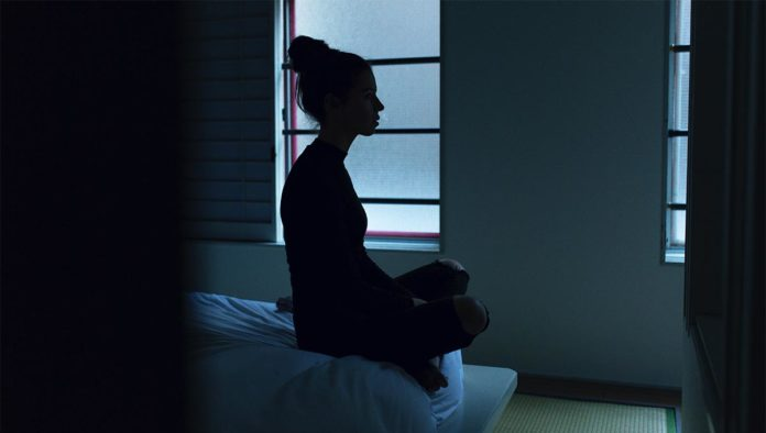 Mujer medita para tratar depresión