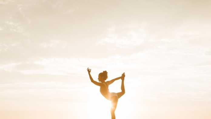 Mujer practica yoga