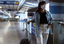 Mujer se prepara para viajar en pandemia de COVID-19