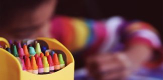 Crayones de un salón de clases