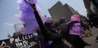 Feministas marchan hacia el Zócalo