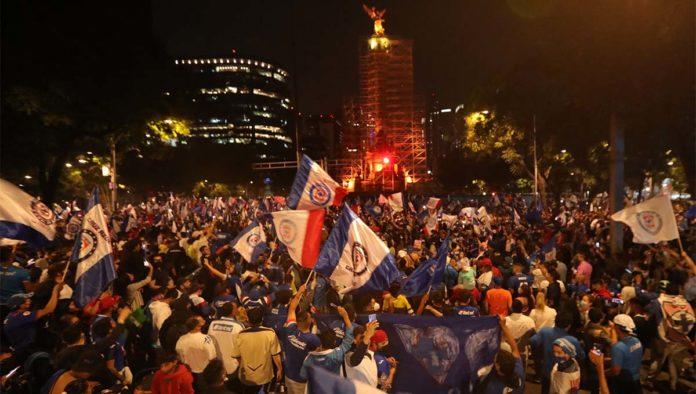 Festejo de aficionados del Cruz Azul