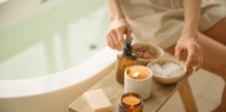 Mujer se prepara para skincare