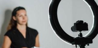 Mujer se prepara para hablar frente a medios de comunicación