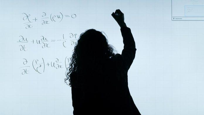 Maestra dando clases