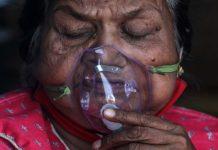 Mujer atendida en India
