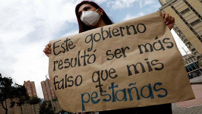 Mujer protesta por violencia en Colombia