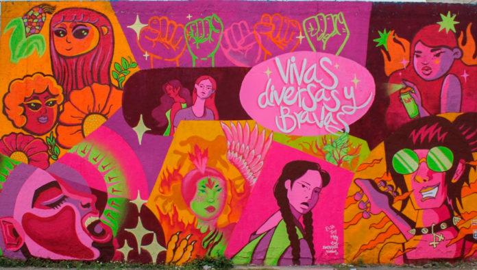 Primer mural de la Escuela Feminista de Arte Urbano Bravas pinta