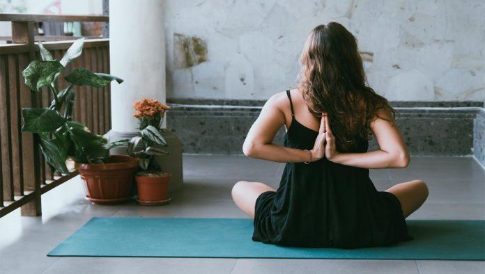 Mujer en posición de yoga