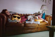 Dormir con la televisión encendida podría hacerte engordar