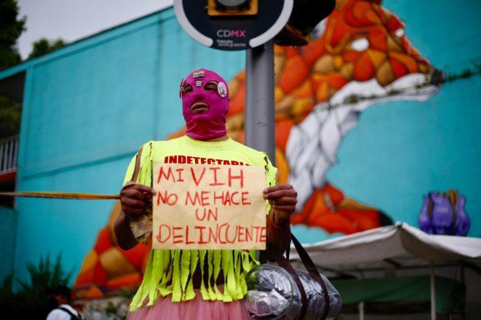 Persona con VIH en protesta