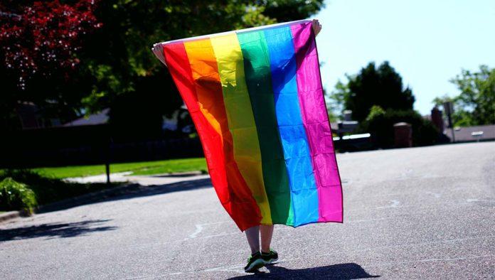 Mujer que asiste a Marcha del Orgullo LGBTI+