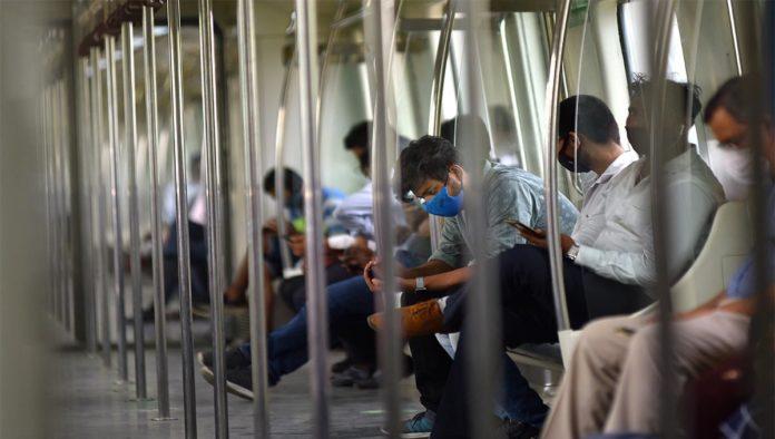 Gente viaja en el metro