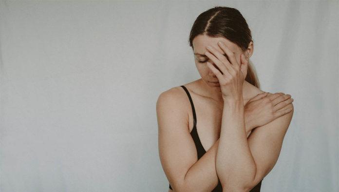 Mujer padece trastornos alimenticios