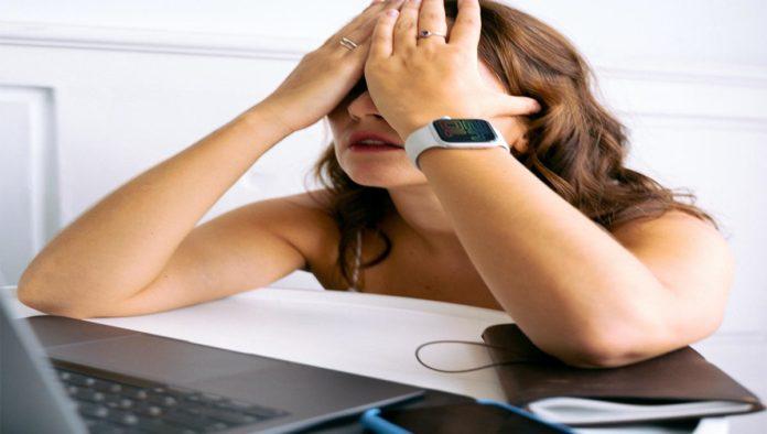 Mujer estresada por su trabajo