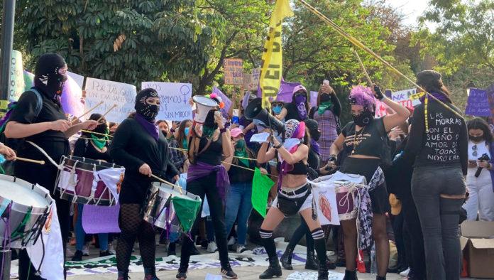 Pide UAQ no crimimalizar a mujeres que participaron en marcha del 8M