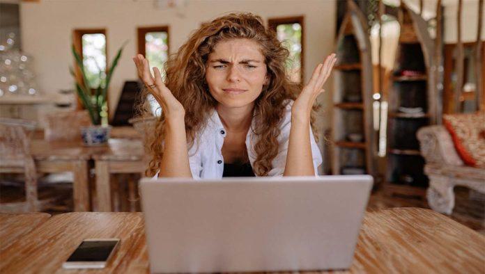 Mujer que enfrenta acoso digital