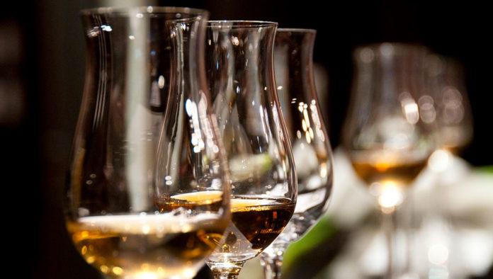 ¿Se puede tomar alcohol después de recibir la vacuna contra COVID-19?