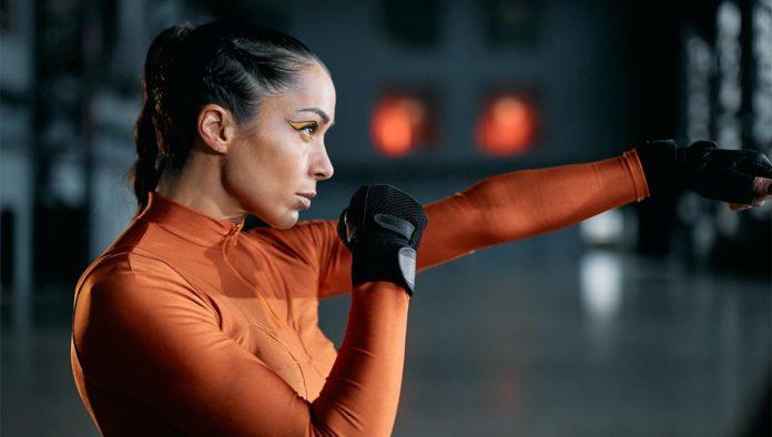 Mujer haciendo ejercicio para brazos flácidos