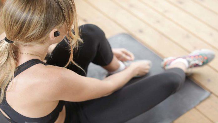 Mujer que realizará ejercicios cardiovasculares en casa