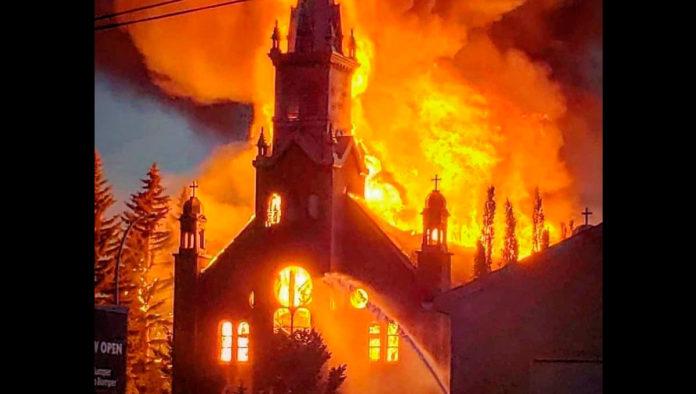 Continúa la quema de iglesias en Canadá tras hallazgo de fosas con niños indígenas