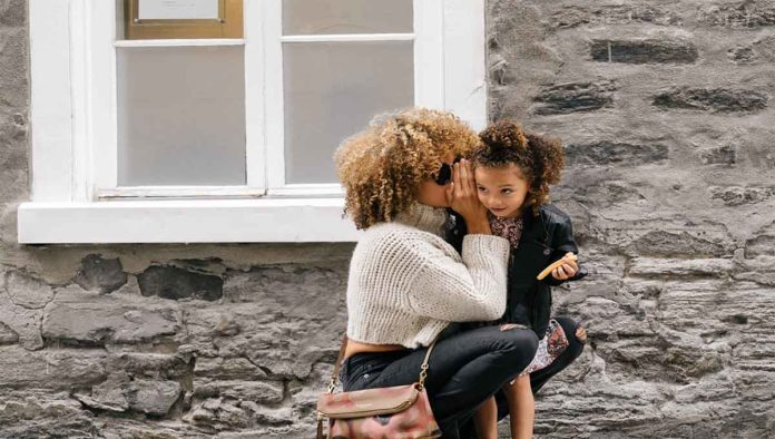 Mujer platica con niña