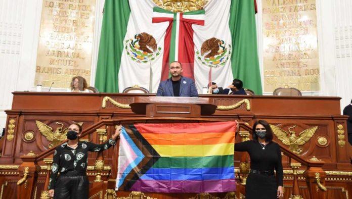 Bandera LGBT en Congreso de CDMX