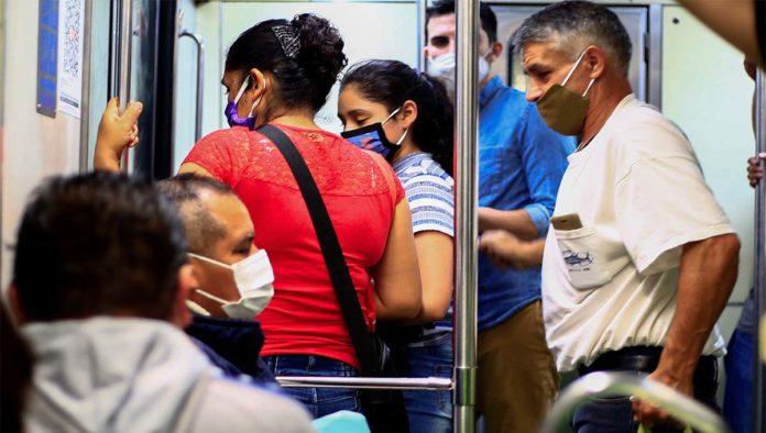 Personas en el Metro de la CDMX
