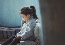 Nina jugando con su smarthphone