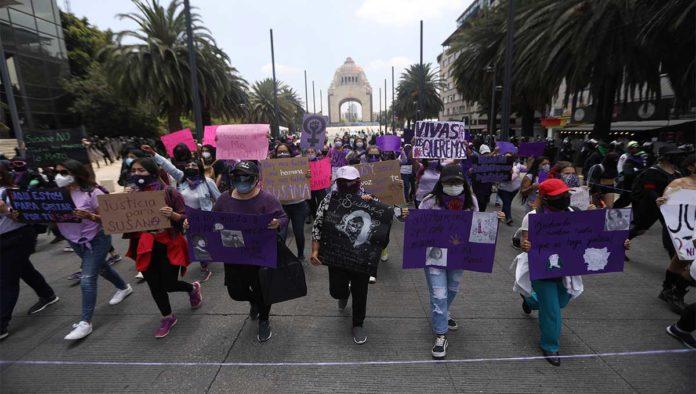 Protesta contra feminicidio de maestra en CDMX