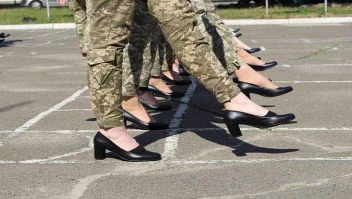 Militares de Ucranía con tacones