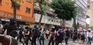 Mujeres feministas y policías se enfrentan durante manifestación en el Ángel de la Independencia