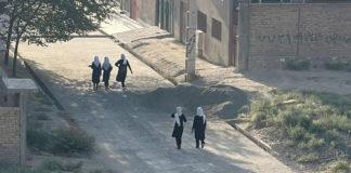 Talibanes instauran gobierno provisional sin mujeres