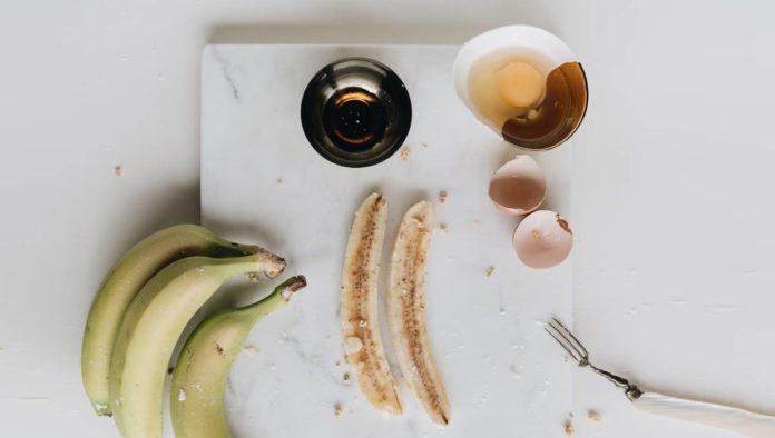 Prepara un panqué de plátano en taza en minutos