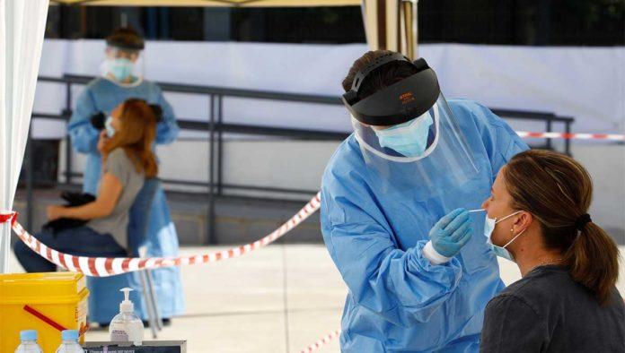 Médicos haciendo pruebas de COVID-19