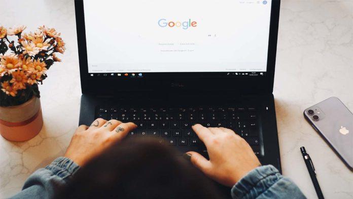 Persona usando Google