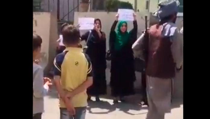 Mujeres afganas protestan en Kabul ante roma de poder de talibanes