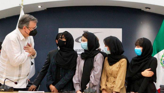 Arriban a México las primeras mujeres afganas que solicitaron refugio