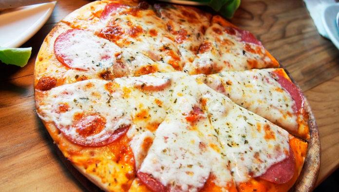 ¿Antojo de pizza? Prepárala en sartén y con harina de avena