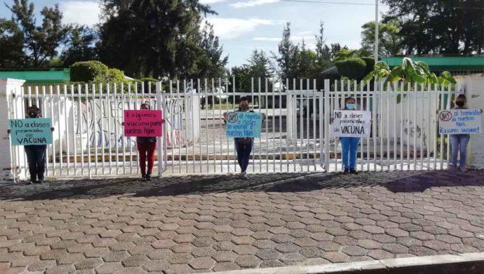 Protesta para vacunar a niños y maestros